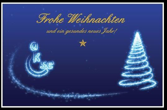 Auf der Karte ist links das akse Logo in weiß-leuchtender Schrift und rechts ist in ein Tannenbaum in weiß-leuchtender farbe. Oben in der mitte steht: Frohe Weihnachten und ein gesundes neues Jahr!