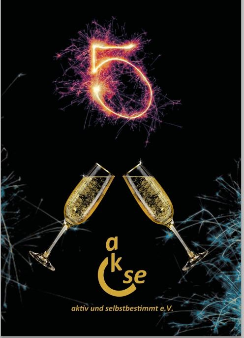 oben ist eine 5 mit Feuerwerk drunter 2 Sektgläser die anstoßen und unten das akse Logo in Gold